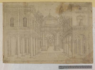 Una strada con vari edifici, colonnati e un arco