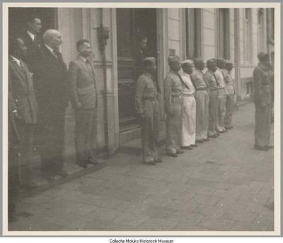 Ex-KNIL-militairen met CAZ-medewerkers