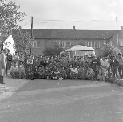 Image from object titled Aankomst van Italiaanse gastarbeiders in het gezellenhuis aan de Pelgrimsweg te Brunssum.