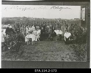 Image from object titled Soome külaelanikud Vene sõjaväe eestlastest sõduritega [keskel istuvad                      Ahto Sippola (märgitud ristiga) ja Richard Rängman].