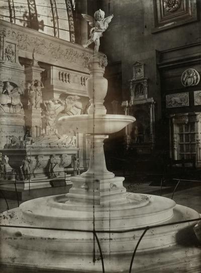 Fontaine de l'enfant au dauphin Cour du palais vieux