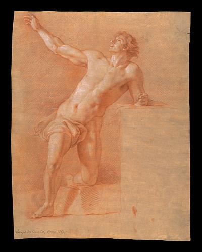 Desnudo masculino en pie apoyando la rodilla izquierda sobre un bloque mientras eleva el rostro