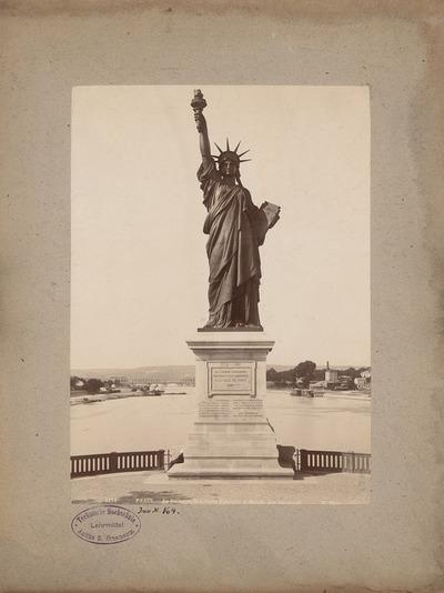 La Liberté éclairant le monde, Paris