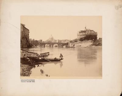 Blick über den Tiber auf den Petersdom (S. Pietro) und die Engelsburg (Castel Sant´ Angelo) in Rom