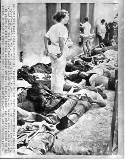 Heyzel Stadion Brussel 29/5/1985. Een verpleegster staat tussen de lichamen van de slachtoffers van het Heyzeldrama