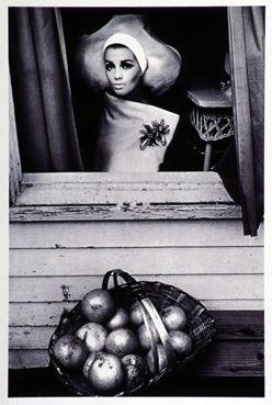 Dame en blanc à la fenêtre, Palm Beach 1964