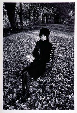 Dame en noir assise, Angleterre 1964