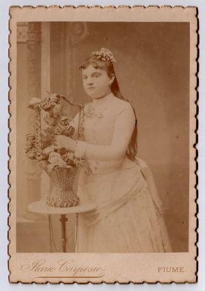 Djevojka s košarom cvijeća
