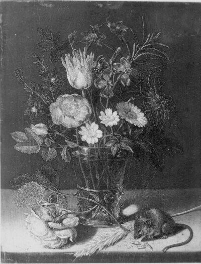 Bloemen in een vaasje met knabbelend muis