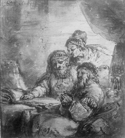 Twee mannen gezeten bij een tafel en een vrouw achteraan