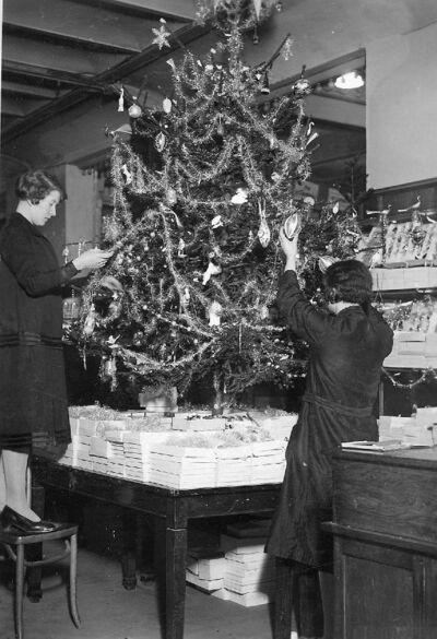 Image from object titled Kerstmis: versieren van de kerstboom - Noël: décoration du sapin de Noël