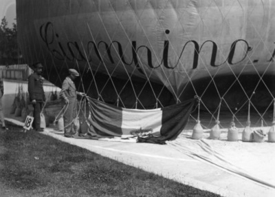 Image from object titled Air - Aeronautique : Ballon : Ballonwedstrijd Coupe Aéronautique Gordon-Bennett  te Solbosch, Brussel : opblazen van luchtballon Ciampino III (ITA)