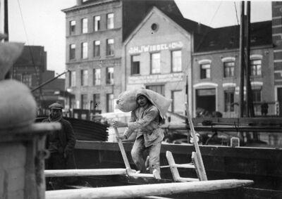 Image from object titled Docker: dokwerkers aan het werk  te Brussel