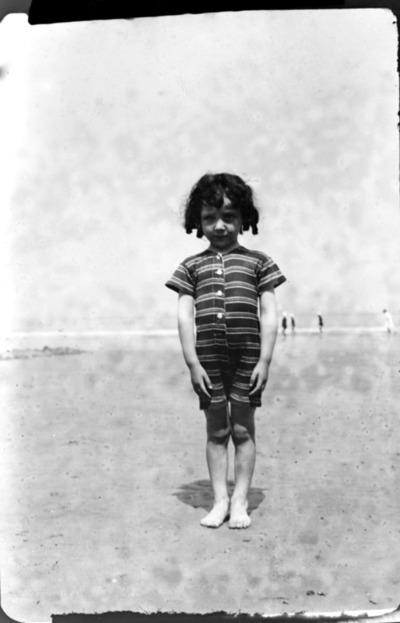Image from object titled Petit garçon en maillot de bain sur la plage