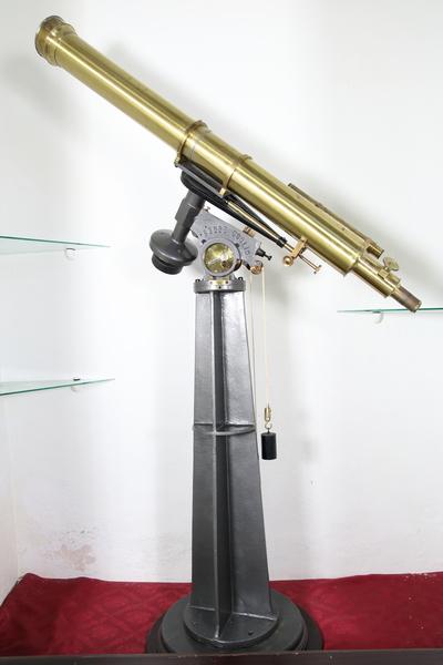 Image from object titled Telescopio refractor. Telescopio refractorCON MONTURA ECUATORIAL
