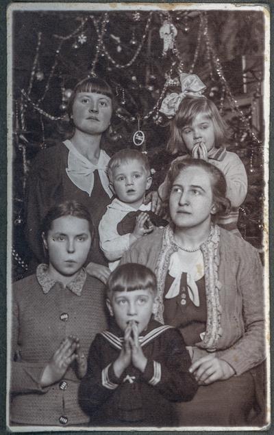Image from object titled Portret kobiety z grupą dzieci