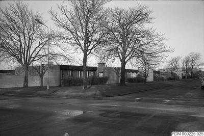 Image from object titled vägar, gator, träd, väg, gata, bebyggelse, bebyggelser, gatukorsningar, kvarteret lansettfisken, gatukorsning