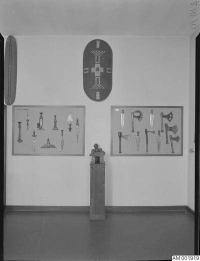 Image from object titled konst, utställningar, primitiv konst, 1955, museer, interiörer, interiör, utställning, malmö museum, bord, 1950-talet, museum