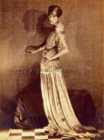 Peggy Guggenheim posa per Man Ray, indossando un abito dorato, disegnato da Poiret e un copricapo di Vera Stravinskij, Parigi, 1924
