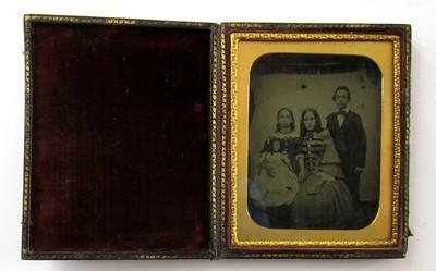 Een ambrotypie met een familieportret. De ambrotypie is ingelijst en zit in een mapje van leer.