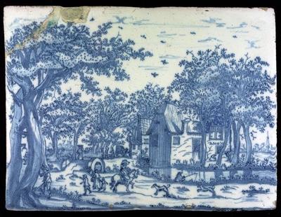 Rechthoekige plaquette, landelijk decor van figuren tussen bomen bij twee huizen en water, blauw op wit