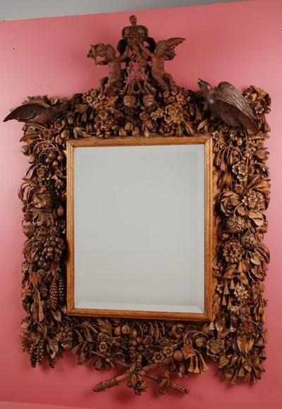 Rechthoekige spiegel, in gestoken lijst met florale motieven, bekroond met twee putti die kroon ophouden, met monogram van William en Mary (A) en twee losse vogelornamenten (B en C)
