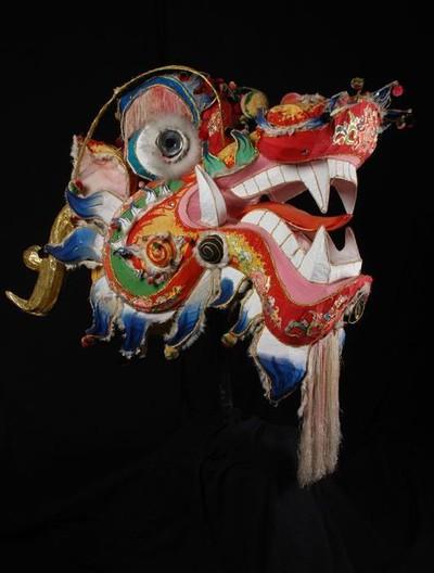 Image from object titled Veelkleurige fantastische kop van een Chinese draak, onderdeel van het danskostuum voor de drakendans