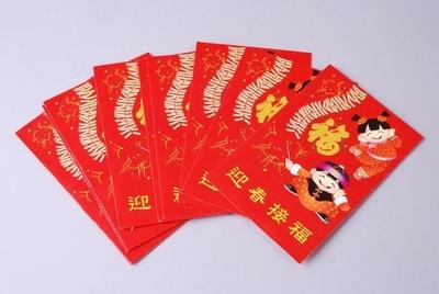 Image from object titled Rode envelop, waarop twee kinderen en een streng vuurwerk, attribuut van het Chinese Nieuwjaar