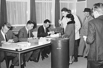 Image from object titled Oostelijk Flevoland: Dronten. De zogenaamde 13 leden voor de Commissie van Advies worden gekozen. De uitslag: CHU/AR: 5; P.v.d.A.: 3; K.V.P.: 3; V.V.D.: 2. Overzicht van het stemmen in het tijdelijk raadhuis.