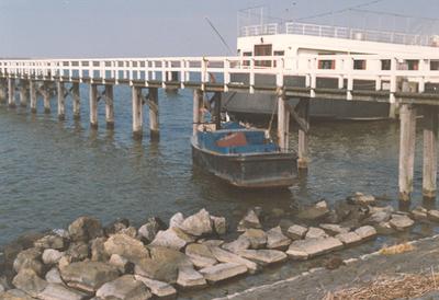 Calamiteiten: Plaatsing van een vaartuig onder de wrakkenwel nabij Lelystad-Haven.
