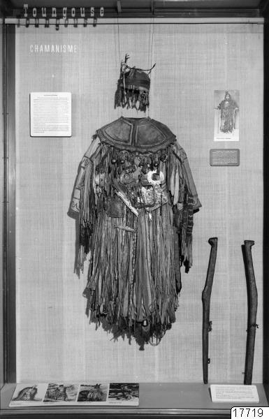 Foto från Musée de l´Homme, Paris, rörande shamanism. Se GEM bildnr. 17717 (katalogkort); 017719; Asien