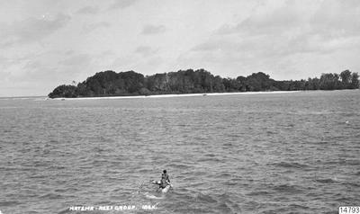 Vykort med kanot i förgrunden. Reef-öarna: Matema. Vykort av J.W. Beattie, Hobart, erhållet som gåva av K.E. Larsson 1962-03-30. (katalogkort); 014793; Melanesien; Pacifiken; Pacifiska oceanen; Stilla havet; Stilla...