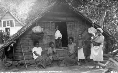 Överst: Leka-familj vid Ureparapara. Nederst: Byscen, Merelava. Vanatu, Banksöarna. Vykort: J.W. Beattie, Hobart, datum okänt. Erhållen: Gåva av K.E. Larsson 1962-03-30. (enligt katalogkort).; 014798; Melanesien;...
