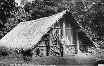 Gamal vid Lakona. Banksöarna, Santa Maria. Vykort. J.W. Beattie Hobart, datum inte angivet. Gåva av K.E. Larsson 1962-03-30. (enligt katalogkort).; 014800; Melanesien; Pacifiken; Pacifiska oceanen; Stilla havet; Stilla...