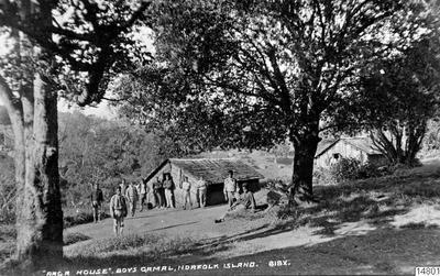 """""""Raga House"""", pojkgamal. Nordfolkön. Vykort. J.W. Beattie Hobart, datum inte angivet. Gåva av K.E. Larsson 1962-03-30. (enligt katalogkort).; 014801; Nya Holland"""