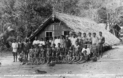 Överst: Skola i Wango. Nederst: Skolbyggnad i Fagani. Salomon-öarna: San Cristoval. Vykort av J.W. Beattie, Hobart, erhållet som gåva av K.E. Larsson 1962-03-30. (katalogkort); 014797; Melanesien; Pacifiken; Pacifiska...