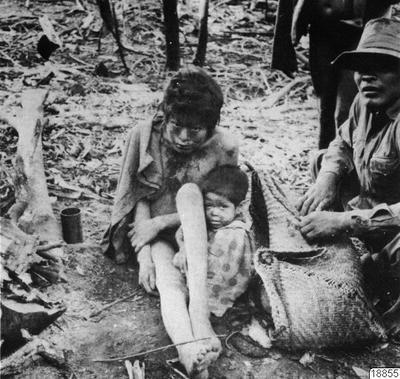"Motiv: Mor och barn har infångats till reservat av en ""tam"" aché. Lokal: Ö. Paraguay. Stam: aché. Foto: Hofman, 1972. Erh: till arkivet, sept. 1974. Publ. IWGIA Dok. 11 M. Müzel: The Aché Indians: Genocide in Paraguay...."