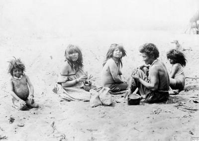 Motiv: Kvinnor och småflickor. Lokal: Uazirimi, R.Jauru, Brasilien. Stam: Paressi-Kabisi. Foto av: Max Schmidt. Dato: 1910. Erh.: av dito. Publ. M.Schmidt: Die Paressi-Kabisi. (Baessler-Archiv, Bd.IV:4/5, 1914),fig.23....