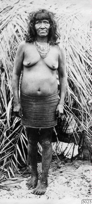 Motiv: Gammal kvinna. En face-bild. Lokal: Kalugare, R.Jauru, Brasilien. Stam: Paressi-Kabisi. Foto av: Max Schmidt. Dato: 1910. Erh.: av dito. Publ. M. Schmidt: Die Paressi-Kabisi(Baessler Archiv, Bd.LV:4/5,1914),fig.15....