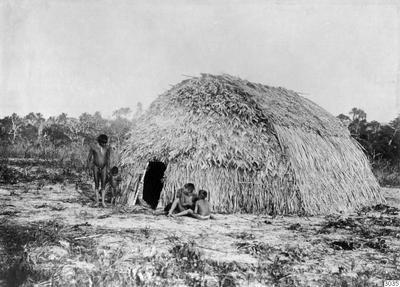 Motiv: Hydda. Lokal: Atiahirtivirtigo, R.Jauru, Brasilien. Stam: Paressi-Kabisi. Foto av: Max Schmidt. Dato: 1910. Erh.: av dito. Publ. M.Schmidt: Die Paressi-Kabisi (Baessler Archiv,Bd.IV:4/5,1914),fig.36. (katalogkort);...