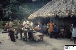 Hallelujamässa; matpaus framför byns chochi.; 4097D; British Guiana; Brittiska Guayana; Brittiska Guiana; Brittiska Guyana