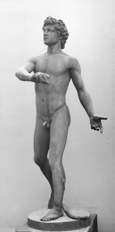 David, idet han slynger stenen mod Goliath. Stående nøgen med slyngen liggende ved sine fødder