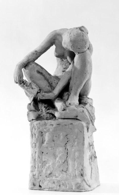 Nøgen kvinde siddende på en skatkiste