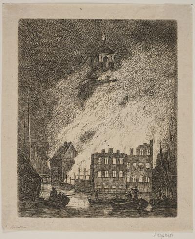 Ildebrand i stor bygning ved en flod
