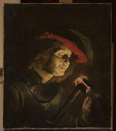 Żołnierz zapalający świecę