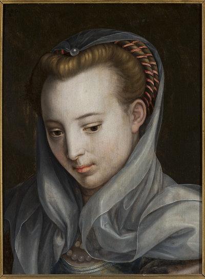 Głowa kobiety, patrzącej w lewo w dół