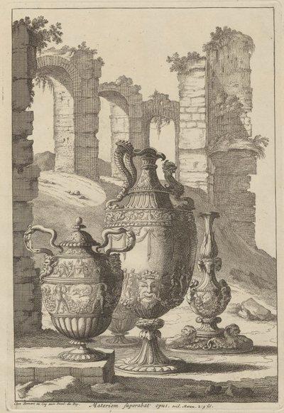 Cztery wazy ogrodowe stojące na tle ruin
