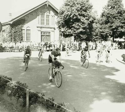 Image from object titled De Ronde van Den Bosch. Gerrit Schulte in de ereronde en de Tour de France renners in het Plantsoen.