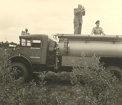 Foto's vanaf een tankwagen van de brandweer van de grote slakkenhoop in het Orderbos.