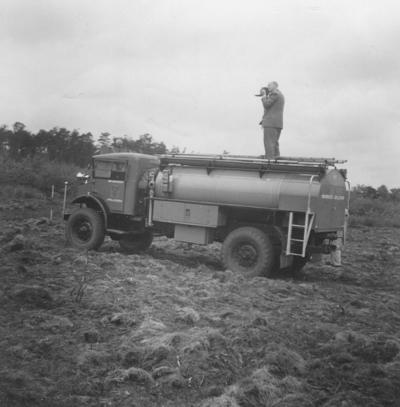 Grote slakkenhoop in het Orderbos, de foto is genomen vanaf de tankwagen van de brandweer. op de brandweerwagen de fotograaf van de foto de heer Adema.